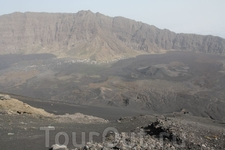 Гиды спускают туристов прямо по сыпухе. Но, озираясь на опыт Килиманджаро, а также учитывая подозрительно крутые углы конуса кратера, предпочли долго и ...