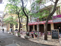 Обычные улицы Валенсии выглядят примерно вот так - чисто, уютно, кафешки и вездесущие туристы.