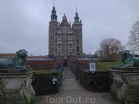 Вход на территорию замка охраняют грозные львы. Во дворце хранятся фамильные драгоценности датских монархов.