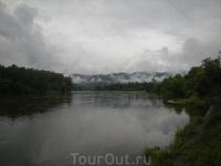 Тучи спускались к реке