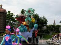 Русалочка на параде в Диснейлэнде