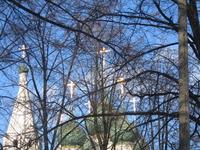 Золотые кресты куполов.