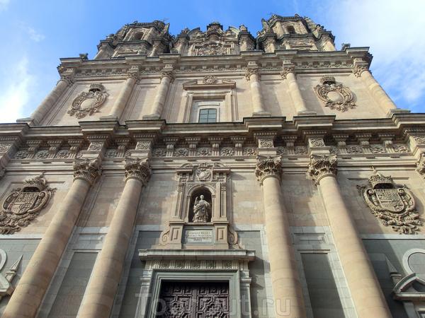Кроме знаменитого Университета в Саламанке есть еще несколько учебных заведений и одно из них находится в этом огромном здании в стиле барокко - La Clerecía (Colegio Real De La Compañía de Jesus) иезуитский коледж, в котором сейчас размещается основное ...