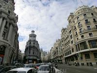Наконец перед нами открывается вторая большая улица Мадрида, знаменитая Gran Via. Edificio Grassy (Дом Грасси) - стоит в самом начале знаменитой мадридской ...