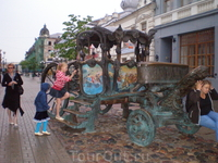Улица Баумана. Памятник карете Екатерины II, а точнее копия именно той, на которой Екатерина II приезжала в Казань.