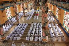 Каодайский ритуал. Со стороны центрального входа.