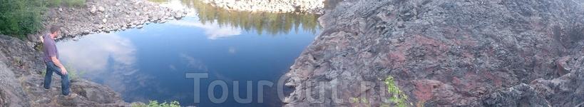 в этом маленьком озерце мы нашли маленькую форельку! наверно попадает с дождем?..с верхних загонов