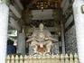 За  воротами храма расположены самые большие ворота храма Тосёгу — Нио-мон, охраняемыми фигурами двух Царей-Дэвов