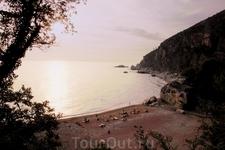Пляжик где-то по пути от Петроваца  в сторону Будвы