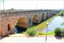 Визитной карточкой Мериды является римский мост Пуэнте-Романо (792 м, 69 арок) на реке Гвадиана, для защиты которого в общем-то и был выстроен город и ...