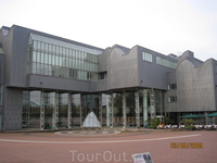 Оперный театр, а на против крупнейший железнодорожный  вокзал Европы