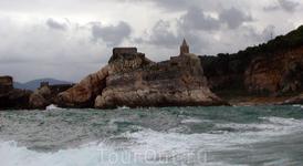 церковь Св.Петра, построенная в 1198 г. - снимал в шторм, с кормы катера. Это недалеко от Портовенеро, на острове.