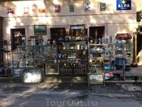практически вдоль всей дороги до замка туристов сопровождают сувенирные магазинчики: здесь есть где разгуляться! Мы накупили магнитиков, игрушек. Но выбор ...