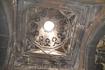 Немногочисленные узкие окна, прорезанные в стенах и подкупольном барабане, являются единственным источником света.