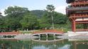 Прекрасныхй храм окружен прудом