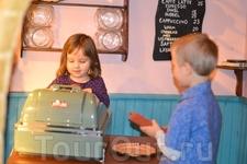 А вот и первый покупатель!Младшая решила подработать кассиром!