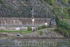 Статуя Лоралеи (при плавании вниз по течению)