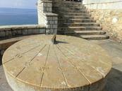 Итак, отправляемся смотреть Амфитеатр. Если спускаться к Амфитеатру от Средиземноморского Балкона, то по дороге можно увидеть вот такие солнечные часы ...