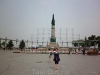 Памятник погибшим в наводнении. Каждый вечер там включают поющий фонтан.