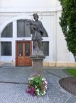 У входа в храм несколько статуй святых, одна из них - Яну Непомуцкому. Храм был заложен в 1347 году. Предполагалось, что это будет самый большой по размерам ...