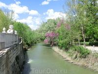 Границей северной части садов является река Тахо. Думаю, что именно наличие рек Тахо и ее притока Харамы привлекло в это место испанских королей, которые уезжали сюда, скрываясь от столичного городско