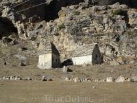 Древние могильники. Местные жители до сих пор приносят еду и ставят в окошко могильника. Такова традиция.
