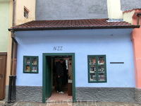 В доме № 22 жил в 1917г. писатель Франц Кафка.
