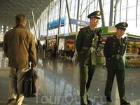 А это наряд милиции в пересадочном аэропорту Урумчи (северо-западный Китай)