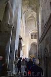 Интерьер храма прост и полон света. Фрагменты росписи, сохранившейся на стенах храма, выполнены в основном в XVI-XVII веках. Во фрагментах фресок можно ...