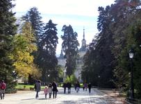 От остановки автобуса до дворцового комплекса - 5 минут пешком через небольшой сквер.