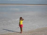 Это соленое озеро на Джербе, здесь добывают соль.