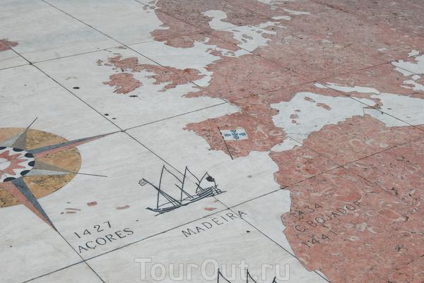 Мозаика на площади перед Беленской башней-роза ветров и карта мира,где отмечены морские открытия португальцев.