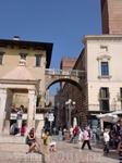 Пьяцце делле Эрбе(площадь трав) располагается там,где в античности находился римский Форум.