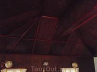 Потолок в номере в 1/2-этажном доме.