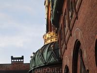 Королевские символы украшают многие здания Копенгагена.
