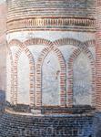 Замок построен из кирпича в согласии с арабской традицией. Его великолепная архитектура была достигнута тончайшими градациями света и искуснейшим мастерством кладки.