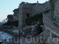 у подножья крепостной стены