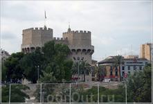 Из эпохи средневековья в Валенсии сохранились фрагменты крепостной стены, защищавшей город: укрепленные ворота Торрес де Серранос и Торрес де Куарте.