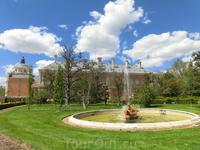 Комплекс строений дворца, включает в себя еще, например, Casa de Marinos (домик моряков). Там музей суденышек, на которых плавали короли или интересные предметы, связанные с навигацией времен Карлоса