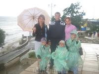 Дождь не останавил нас ....3 дождивика купленных в рыбацком магазине,один зонт на четверых и вперед)))