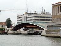 Новый скандальный мост Венеции. О нем так много кричали, что я представляла себе огромную страшную махину, перекрывающую аж всю Венецию... Оказался маленьким ...