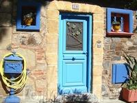 Коллиур-дома в этом игрушечном городе разноцветные, как в детской книжке, и рыбацкие лодки – тоже. Что цвет лодок соответствует цвету домов и улиц: розовые ...