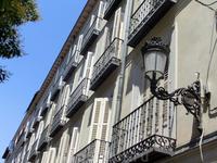 Старые улицы испанской столицы, чистые, очень узкие, вся красота которых в деталях - фонарики, балкончики.