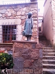 Статуя девочки с разбитым кувшином