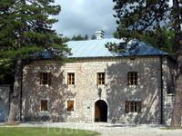 Бильярдный дом - музей Петра II Негуша. Здание в виде бильярдного стола, Цетинье