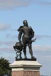 Памятник сэру Фрэнсису Дрейку. Он стал первым англичанином, совершившим кругосветное плавание. Посвящен в рыцари Елизаветой 1, а также завез в Англию табак ...