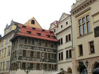 """Знаменитый дом """"У минуты"""", выполненный в стиле сграффито расположен рядом со Староместской ратушей. Сграффито - способ росписи стен, при котором наносится ..."""