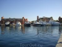 Марина - порт в Эль Гуне. Прекрасное место лоя прогулки. Такого количества самых разных частных яхт я нигде не видела
