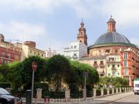 Пройдя чуть вперед мы вышли на большую, уютную и очень зеленую площадь Plaza de Juan de Villarrasa. Раньше на месте этого сквера стоял небольшой Palacio ...