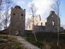 Латвия, Сигулда. Старый замок. Чтобы подчинить себе окрестные земли, орден Меченосцев в 1207 году построил мощный каменный замок  Зигвальд  или  Зегеволд ...